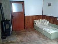 chata 2 a 3 - obytná místnost, krb. kamna a rozkládací pohovka (2xpřistýlka)