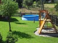 Oplocená zahrada s bazénem a atrakcemi pro děti
