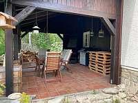 Pergola s plynovým grilem a krbem na dřevo s možností grilování - chata k pronájmu Ostravice