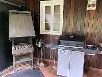Plynový gril a krb na dřevo s roštem na grilování - chata k pronajmutí Ostravice