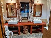 1 koupelna s vanou pro 2 osoby + WC . - Staré Hamry