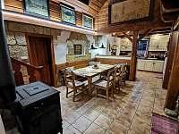 Pohled z jídelny do kuchyně . - Staré Hamry