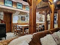 Pohled z obývacího pokoje do jídelny + kuchyně . - Staré Hamry
