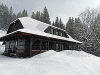 Zima u chaty , když sněží . - Staré Hamry