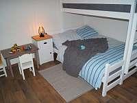 Apartmán A: ložnice, patrovka se spodním rozšířeným lůžkem, dětský koutek - chalupa ubytování Velké Karlovice