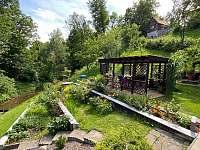 Zahrada s potokem a pergolou - chalupa k pronájmu Halenkov - údolí Břežitá