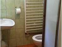 Koupelna v patře s WC v chatě M1.