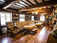 Společenská místnost s krbem - pronájem chalupy Dolní Bečva