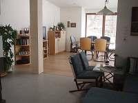 Pohled z kuchyně do obývacího pokoje - chalupa k pronájmu Bystřička