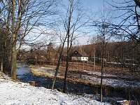 Chalupa Ostravice leží na břehu řeky Ostravice -
