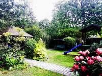 Zahrada altán dětský domek se skluzavkou - chalupa ubytování Ostravice