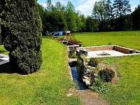 Rybník a venkovní ohniště - apartmán k pronájmu Čeladná