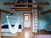Ložnice s druhou manželskou postelí, dětským koutkem a podkrovím - chata k pronájmu Řeka