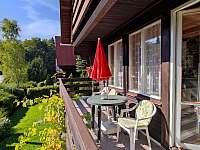 balkón s posezením pro 4 osoby - chata k pronájmu Semetín