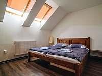 Apartmán 2. - 6 osob /dva pokoje 2l.+1př., 3l./, koupelna s WC + samostatné WC - pronájem chalupy Rožnov pod Radhoštěm