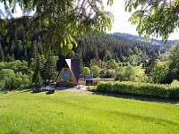 Atypická architektura horské chaty zasazané do překrásné přídoy
