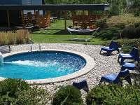 Bazén a kryté sezení s promítáním, možností grilování, dětský koutek...