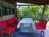 Posezení v kryté terase - chalupa ubytování Rajnochovice