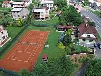 Zahrada s tenisovým kurtem u Kubáňů - Horní Bečva