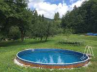 zahrada s bazénem a trampolínou