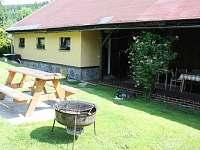 chata venkovní posezení a gril