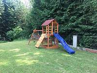 dětské hřiště - chalupa k pronajmutí Návsí