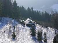 Pohled ze svahu nad chalupou - ubytování Hutisko Solanec