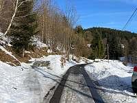 Sjezd z asfaltové cesty vlevo - pronájem chalupy Dolní Bečva