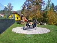 Dětské hřiště, tenis.kurty a hospůdka kousek od chaty na Bečvě