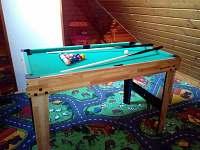 Multifunkční hrací stůl v herně 4v1: kulečník, stolní fotbálek, šprtec a mini-pi