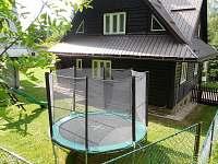 Velká trampolína pro děti na chatě