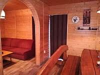 Pohled z kuchyňky - za zasouvacími dveřmi jsou ložnice