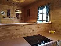 Pohled z kuchyňského koutu do jídelní části