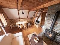 Obývací pokoj s krbem - chata ubytování Rajnochovice