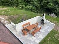 Venkovní posezení s grilem - pronájem chaty Rajnochovice