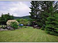 Horní zahrada s ohništěm a spoustou prostoru pro hraní a opalování