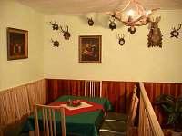 Jídelna v loveckém stylu pro až 8 osob - chata k pronajmutí Visalaje