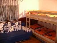 Ložnice pravá (menší, s velkou skříní a dostatkem úložného prostoru)