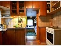 Plně vybavená kuchyně na chatě hned vedle jídelny