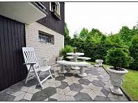 Spodní terasa u vinárny a wellness-koupelny - Visalaje