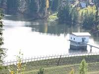 pohled na přehradu z protějšího kopce