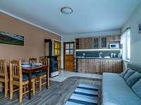Hlavni místnost s kuchyňským koutem - chalupa k pronajmutí Lubno