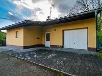 Hlavní vchod a místo na parkování - chalupa k pronájmu Lubno