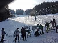 lyžování na svahu u chaty - Lužná