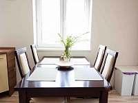 Jídelní stůl v kuchyni - chata k pronájmu Frenštát pod Radhoštěm