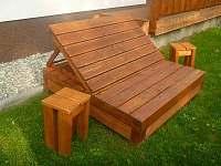 Lavička se stolky na kafíčko - chalupa k pronajmutí Velké Karlovice