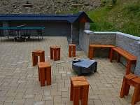 Přenosné ohniště s gril.roštem, vzadu ping. stůl - pronájem chalupy Velké Karlovice