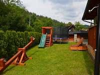 Zahrada se solární sprchou - chalupa ubytování Velké Karlovice