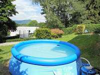 Bazén na chatě s vodou vyhřívano střešním solárem = teplá voda celé léto
