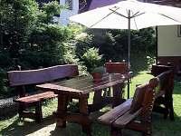 Zahradní posezení s krbem na chatě